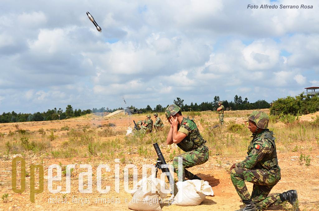 """Fogo! A """"granada-guia"""" tem uma velocidade de saída lenta e será recuperada para novos disparos."""