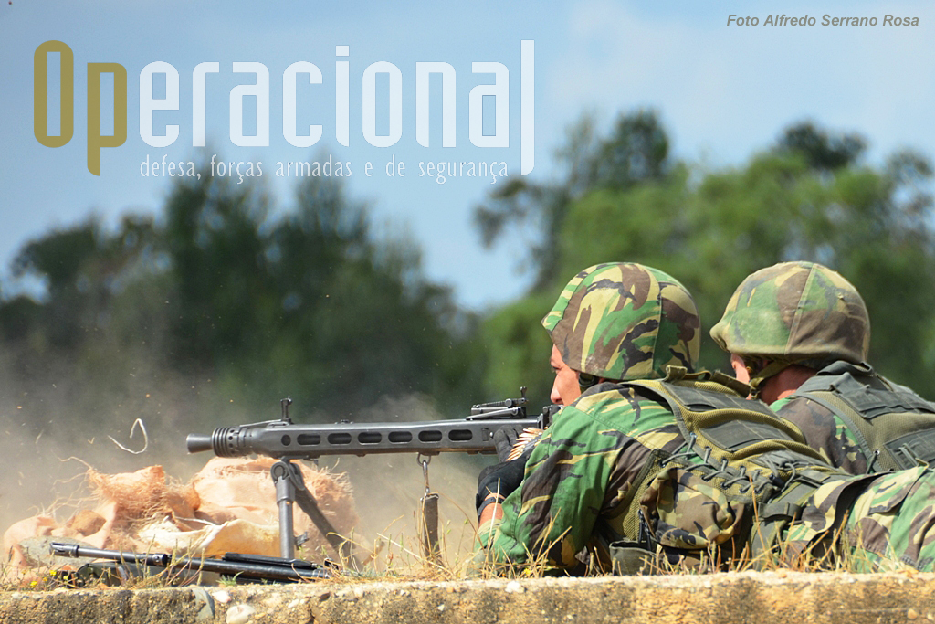 A MG-3 calibre 7,62mm, arma de apoio em uso nas tropas pára-quedistas, podendo ser empregue como na foto ou em viaturas.
