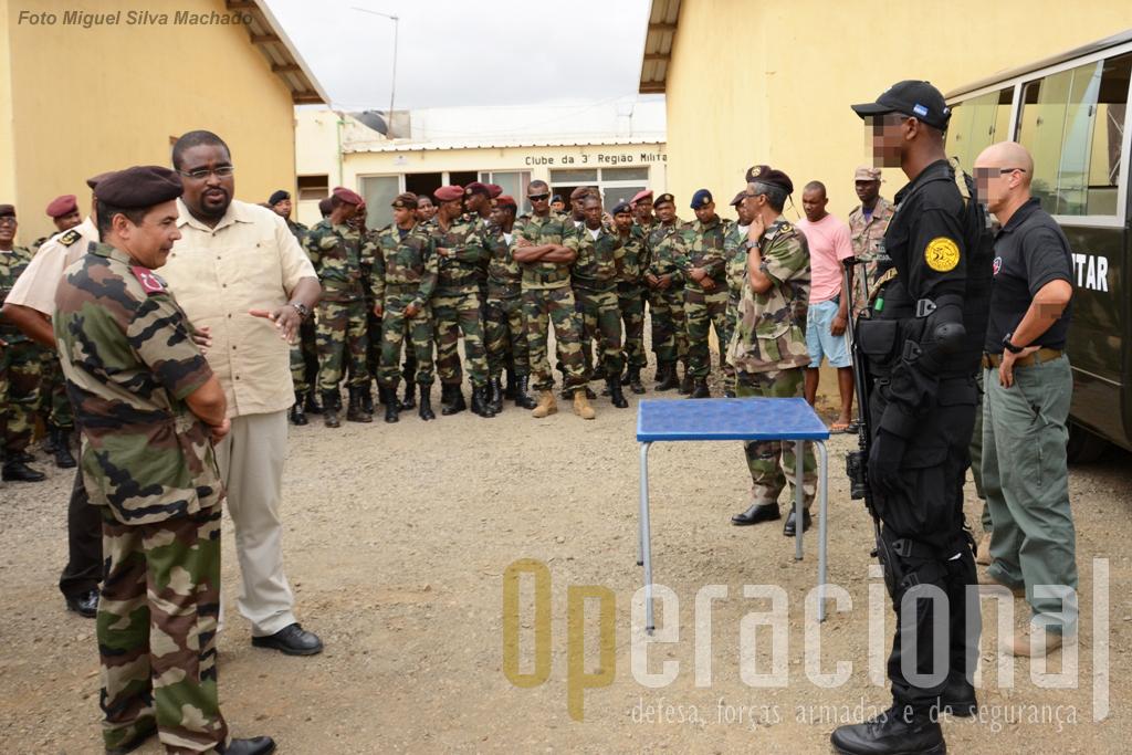 1.Apresentação de uniformes e equipamento Milícia às Forças Armadas de Cabo Verde. Na esquerda o responsável em Cabo Verde pela empresa do Grupo, a Tactical Pro Trading, Lda, Fidel Tavares (à civil), fala com o Chefe do Estado-Maior das Forças Armadas, Major-General Alberto Fernandes.