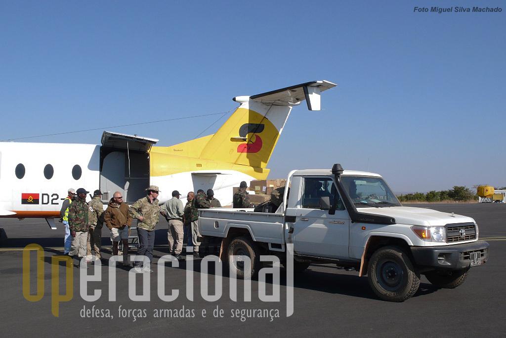Não foi fácil a logística do Grupo Milícia, entre Vila Nova de Gaia, Aeroporto Francisco Sá Carneiro (Porto), Aeroporto 4 de Fevereiro (Luanda) e Aeroporto de Menongue, (na foto), utilizando meios aéreos comerciais, militares e da Sonair (Sonangol).