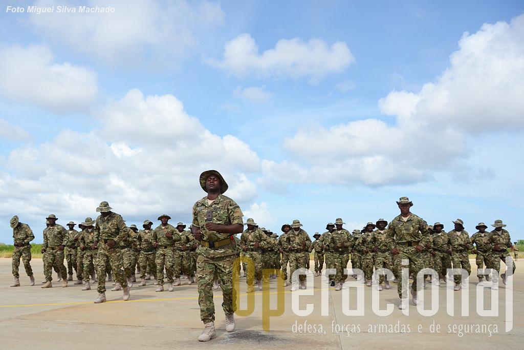 """Desfile dos Cursos Pára-quedismo da Brigada de Forças Especiais em Março de 2014. Esta brigada acaba de """"ser fardada"""" com os novos camuflados """"multicam"""" e botas """"Milícia"""""""