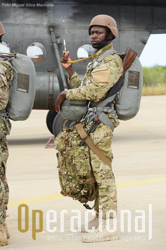 Pára-quedista da Brigada de Forças Especiais, equipado para salto operacional em Março de 2014. Fardamento, calçado, capacete, mochila fornecidos pelo Grupo que também avaliou e deu parecer para a aquisição dos conjuntos de pára-quedas, adquiridos directamente.