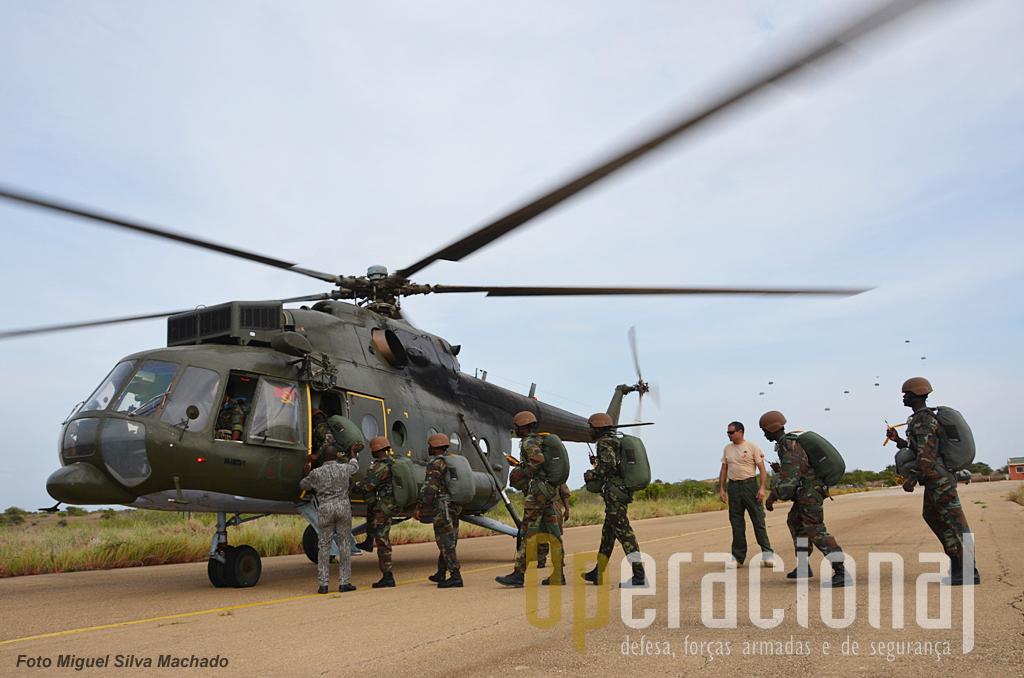 Os helicópteros MI 17 foram adaptados pelo Grupo em conjunto com a Força Aérea Nacional e cumpriram exemplarmente as missões de lançamento. Pilotos angolanos e instrutores portugueses, tiveram um entendimento perfeito.