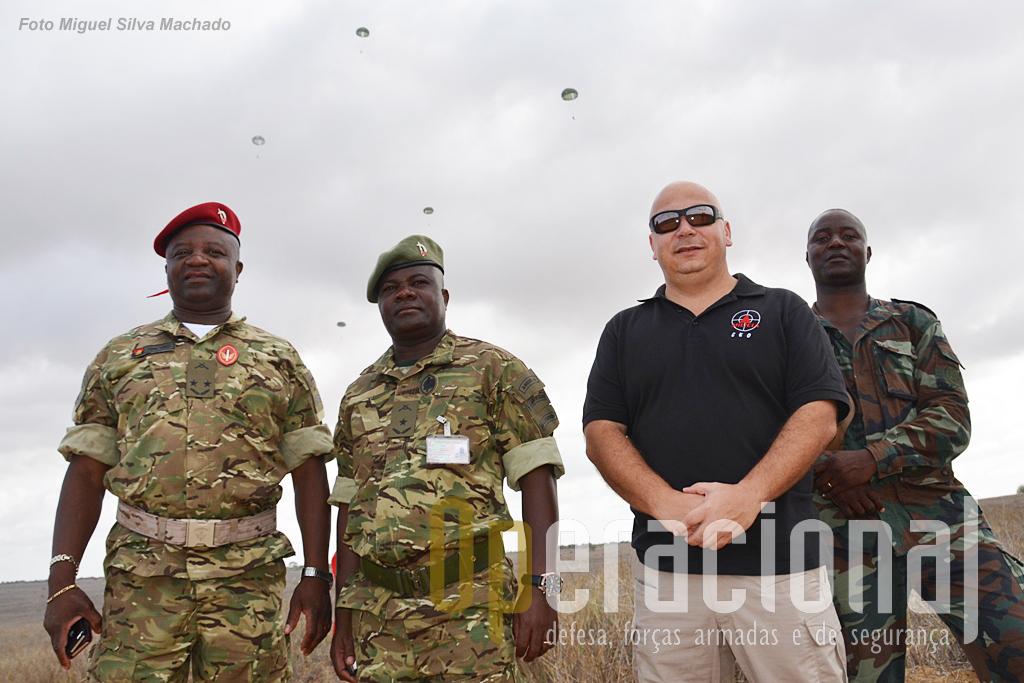Da esquerda, Tenente-General Cruz Fonseca, Chefe da Direcção de Forças Especiais do Estado-Maior General das Forças Armadas Angolanas, o grande impulsionador do pára-quedismo militar em Angola, Brigadeiro Paulo, comandante da Brigada de Forças Especiais, elemento preponderante na organização desta formação; António Amaro CEO do Grupo MILÍCIA; Major Afonso Lopes, chefe do 1.º Curso de Pára-quedismo da Brigada de Forças Especiais