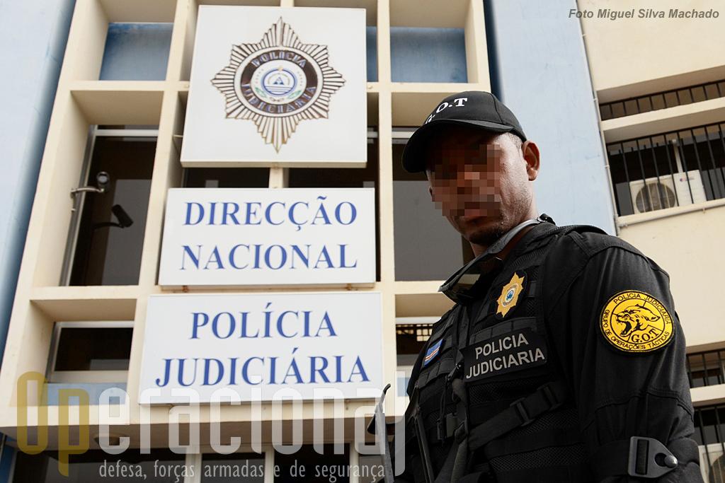 Elemento do Grupo de Operações Tácticas da Policia Judiciária de Cabo Verde. Equipado e treinado pelo Grupo Milícia.