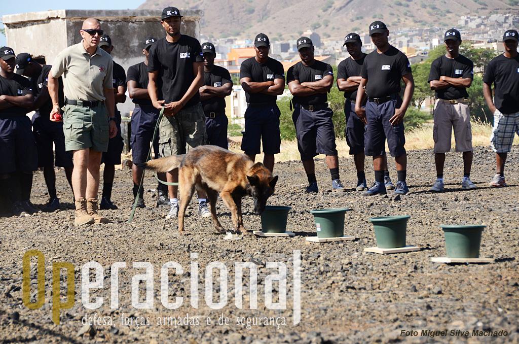 1.º Curso de Técnica Canina da Policia Nacional de Cabo Verde e da Policia Judiciária, na Ilha de Santiago.