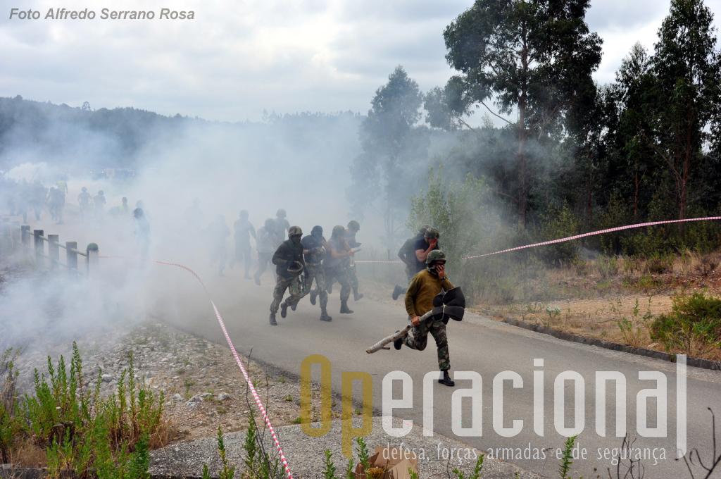 Tenta-se dispersar com recurso a gás lacrimogéneo.