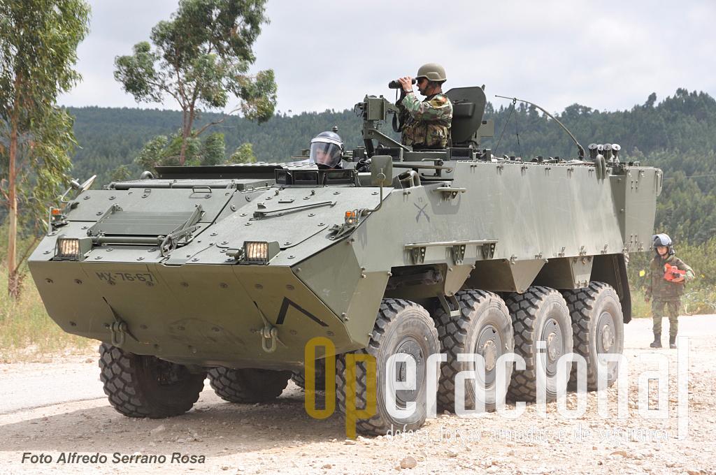 A Viatura Blindada de Rodas 8X8 Transporte de Pessoal Pandur II com reparo para a Metralhadora Pesada Browning 12,7 mm, a primeira versão que foi entregue ao Exército Português