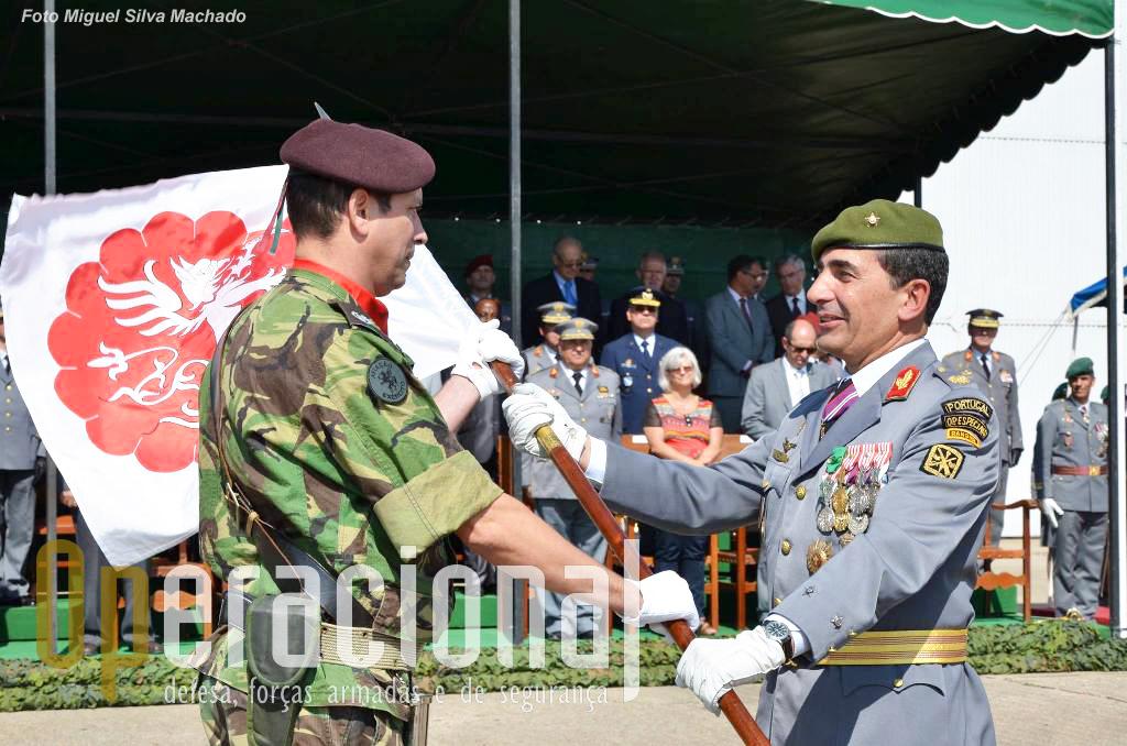 O novo porta-guião heráldico da Brigada: SAJ TMS LUIS VEIGA MARIA LOUREIRO, da UALE