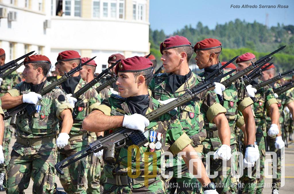 """O batalhão de Comandos mantém o  """"cruzar arma"""" na continência à direita durante o desfile militar. A manutenção das tradições nas unidade de elite é uma motivação importante que deve ser mantida."""