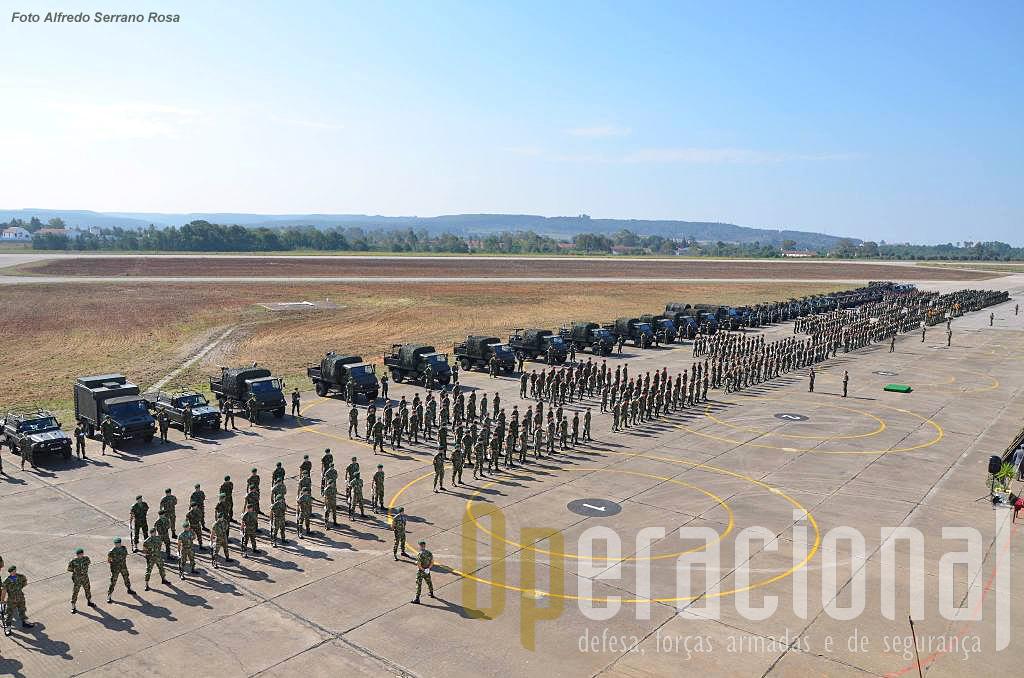 """Este ano a """"placa"""" da antiga BA 3 voltou a encher-se de militares e foi também apresentada um volume razoável de viaturas dos diversos tipos usados na componente operacional da brigada."""