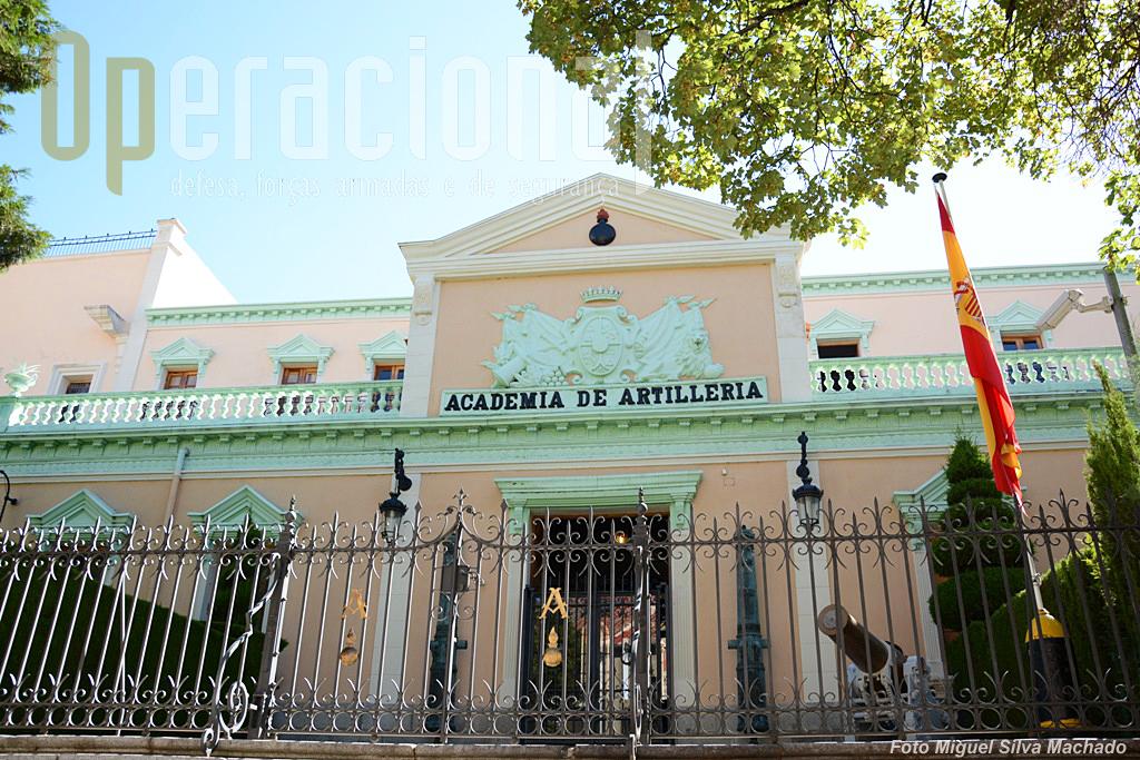 """A """"Academia de Artilleria"""" mantém-se em Segóvia e segundo o Exército Espanhol, «Es la Academia Militar más antigua del mundo en activo, fue fundada el 16 de mayo de 1764 como Real Colegio de Artillería en el Alcázar de Segovia»"""