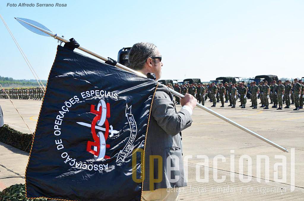 Guião e porta guião da Associação de Operações Especiais, a única associação de antigos militares presente nesta cerimónia.
