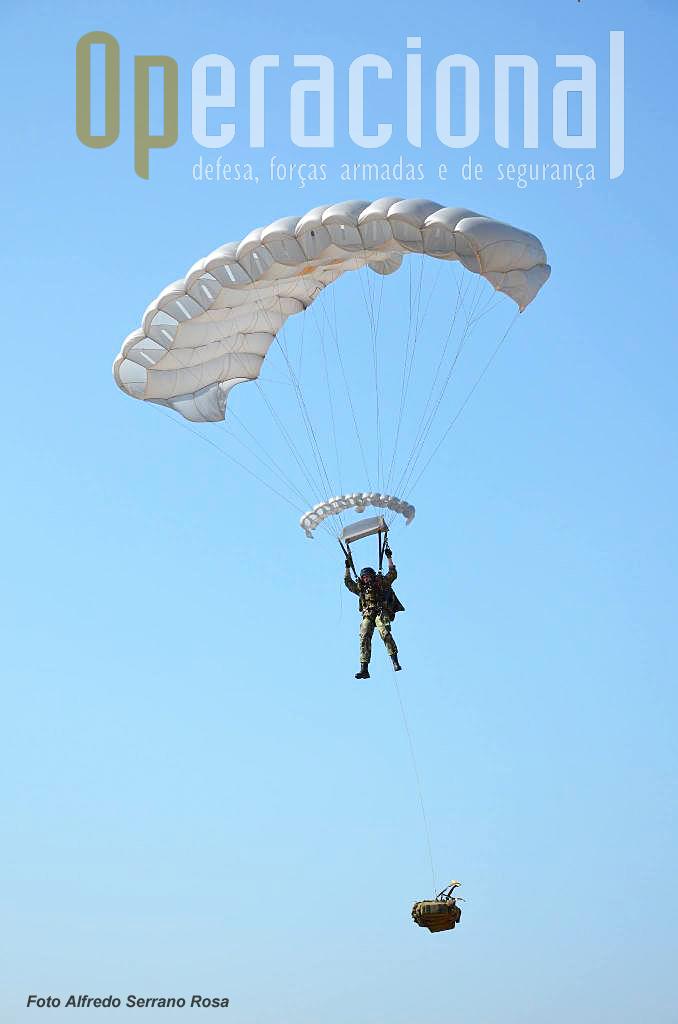Um dos Saltadores Operacionais de Grande Altitude (SOGA) do Destacamento Alfa e Charlie da Companhia de Precursores, do Batalhão Operacional Aeroterrestre, que saltaram. Estavam equipados com pára-quedas operacionais SOV-3.