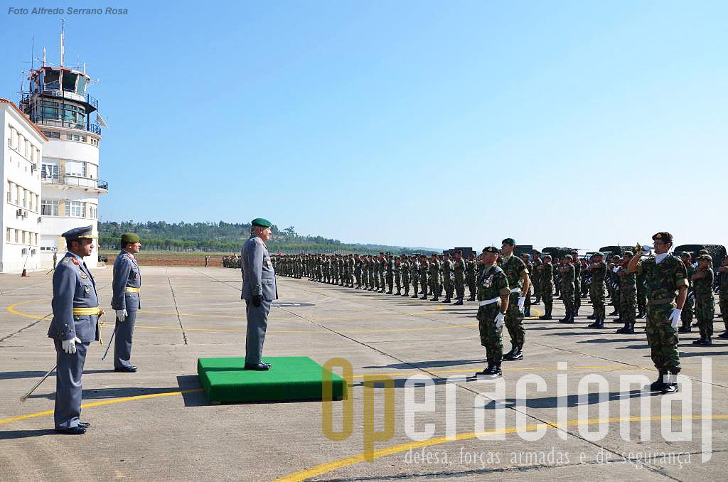 Apresentação das forças em parada, ao CEME, General Carlos Jerónimo. Pela primeira vez na sua história o Exército Português é comandado por um oficial general com o curso de pára-quedismo militar e que fez a maior parte da sua carreira nas Tropas Pára-quedistas, primeiro na Força Aérea e depois no Exército, tendo comandado a Escola de Tropas Pára-quedistas entre 2000 e 2002 e a BrigRR entre 2006 e 2009.