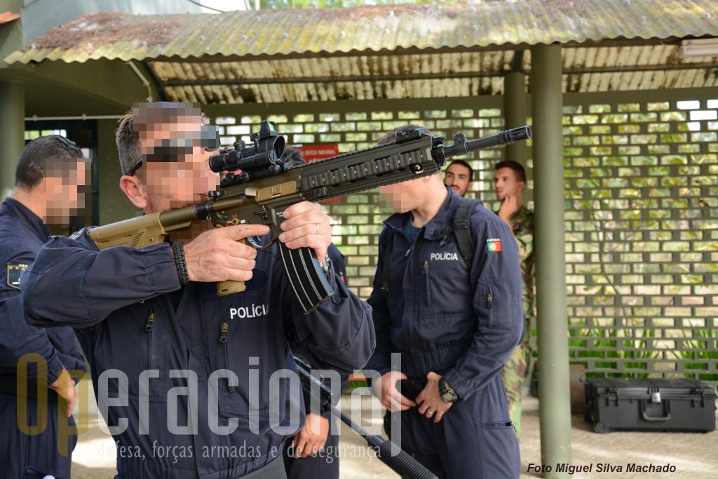 A HK 416 A5 a ser avaliada por um elemento do Grupo de Operações Especiais da Unidade Especial de Policia da PSP.