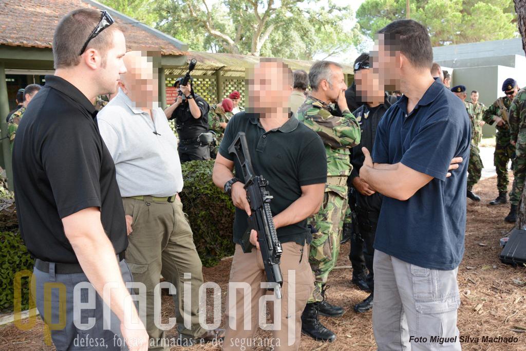 Os elementos da Policia Judiciária presentes mostraram mais interesse nas pistolas e pistolas metralhadoras mas não deixaram de testar a HK 416A5, 5,56mm. Aqui o inspector segura uma G36C 5,56mm.