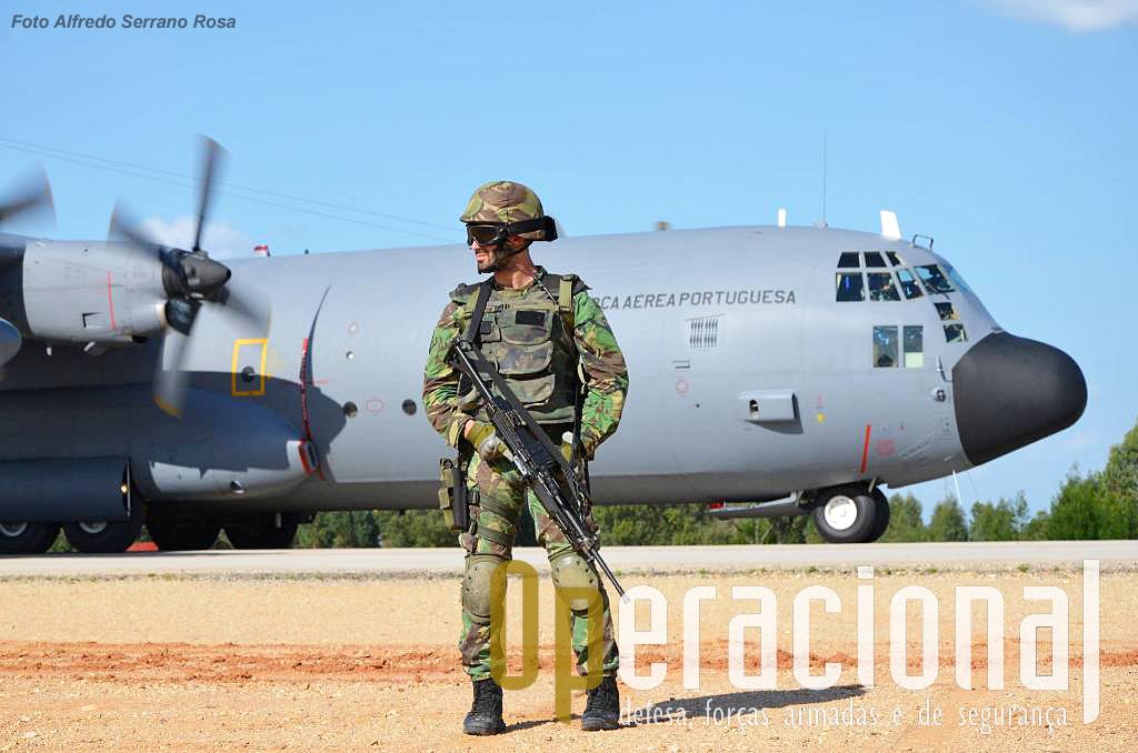 Pista de Santa Margarida. A cabeça-de-ponte aérea já foi conquistada a operação de evacuação vai começar em breve. A UPF garante a segurança imediata à aeronave.
