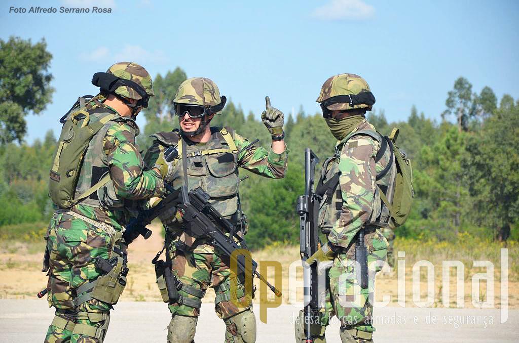 Os elementos da UPF usam, entre outras, espingardas automáticas G-36 (nesta foto) e metralhadoras MG4 5,56mm (na foto anterior).