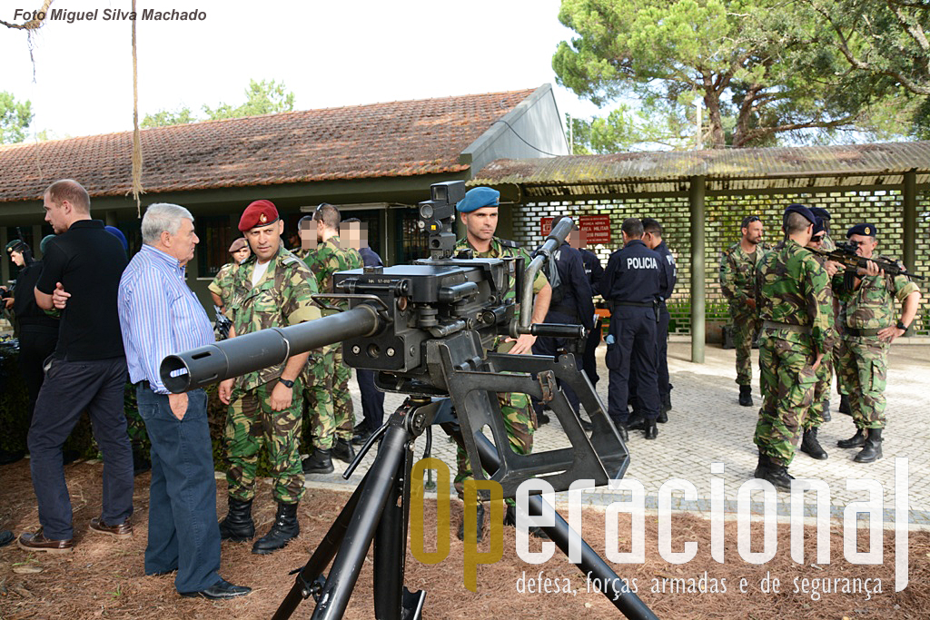O lança granadas automático HK GMG 40mm, aqui em montagem terrestre, equipa o Corpo de Fuzileiros e a GNR.