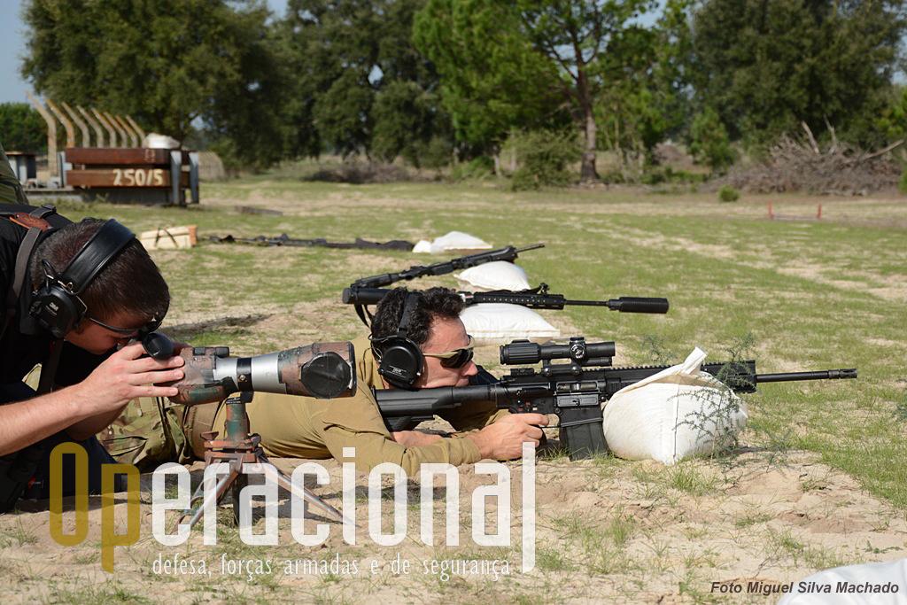 Regulação das miras antes da sessão de tiro para os participantes neste encontro.A espingarda HK 417 7,62mm está equipada com uma mira VCOG (Variable Combat Optical Gunsight).