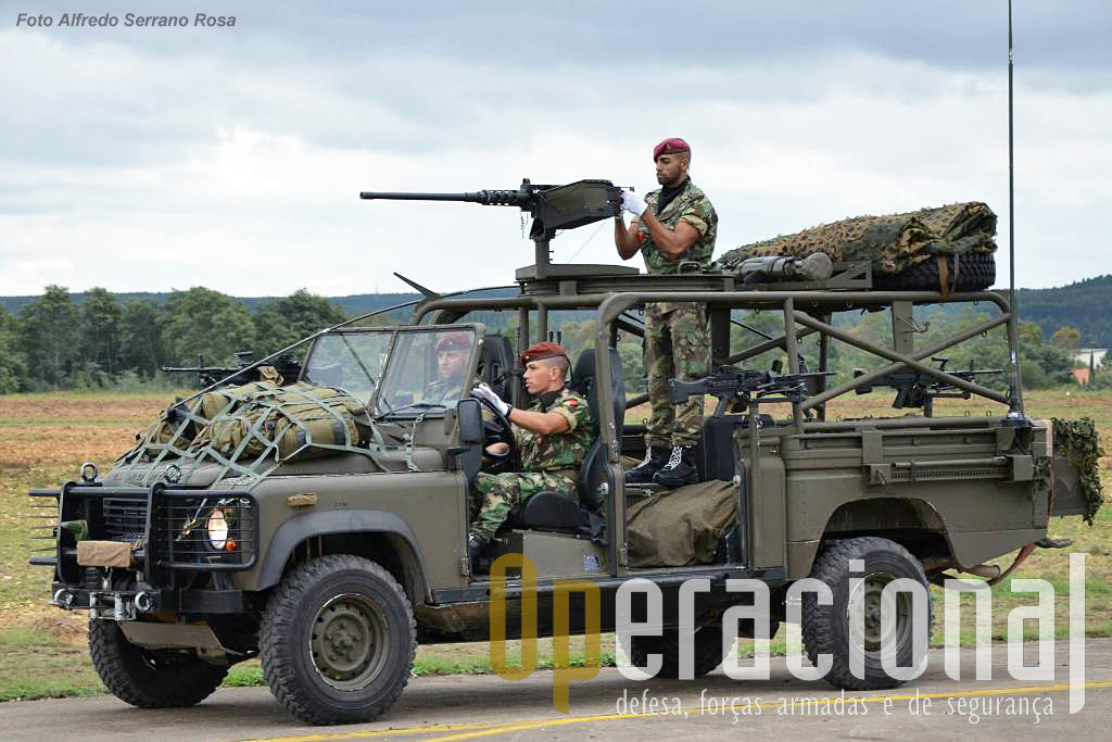 "Land Rover ""Commando Assault Vehicle"" , equipado com 1 metralhadora .50, 4 5,56mm e 1 CSR Carl Gustaf."