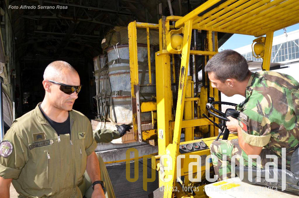 Carregamento de uma carga pela Companhia de Abastecimento Aéreo.