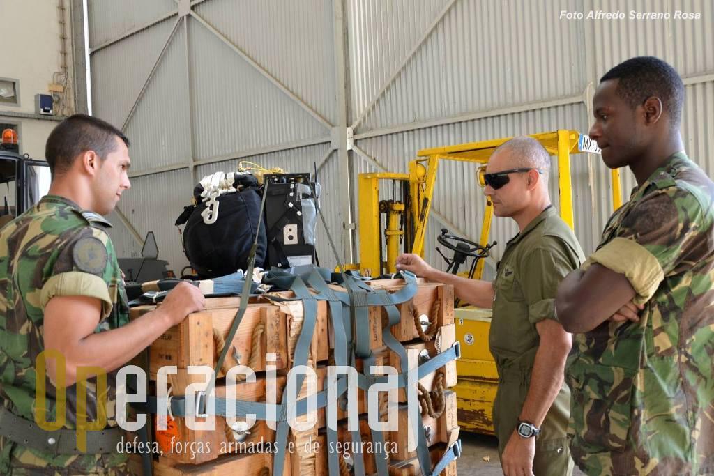 """Preparação de uma carga """"JPADS"""" - Joint Precision AirDrop System."""