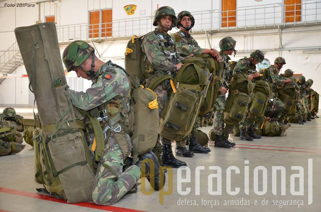Os militares do 2BIPara saltaram com todo o armamento e equipamento orgânico, e rações para 3 dias.