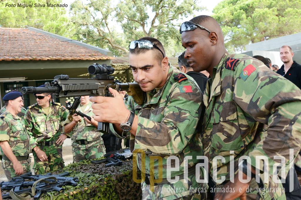 Militares do Corpo de Fuzileiros contactam com a HK 416 A5