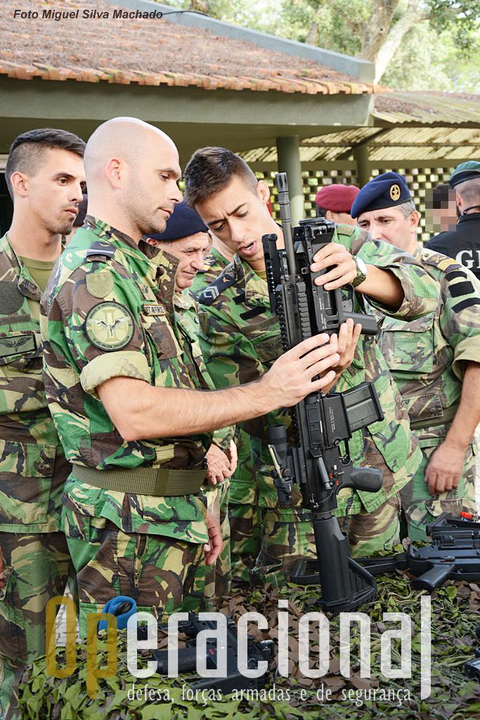 Nas instalações da UPF foi possível aos participantes manusear, adaptarem-se ao armamento HK em uso nesta força. Na imagem a HK 417 7,62mm, com lança granadas 40mm.