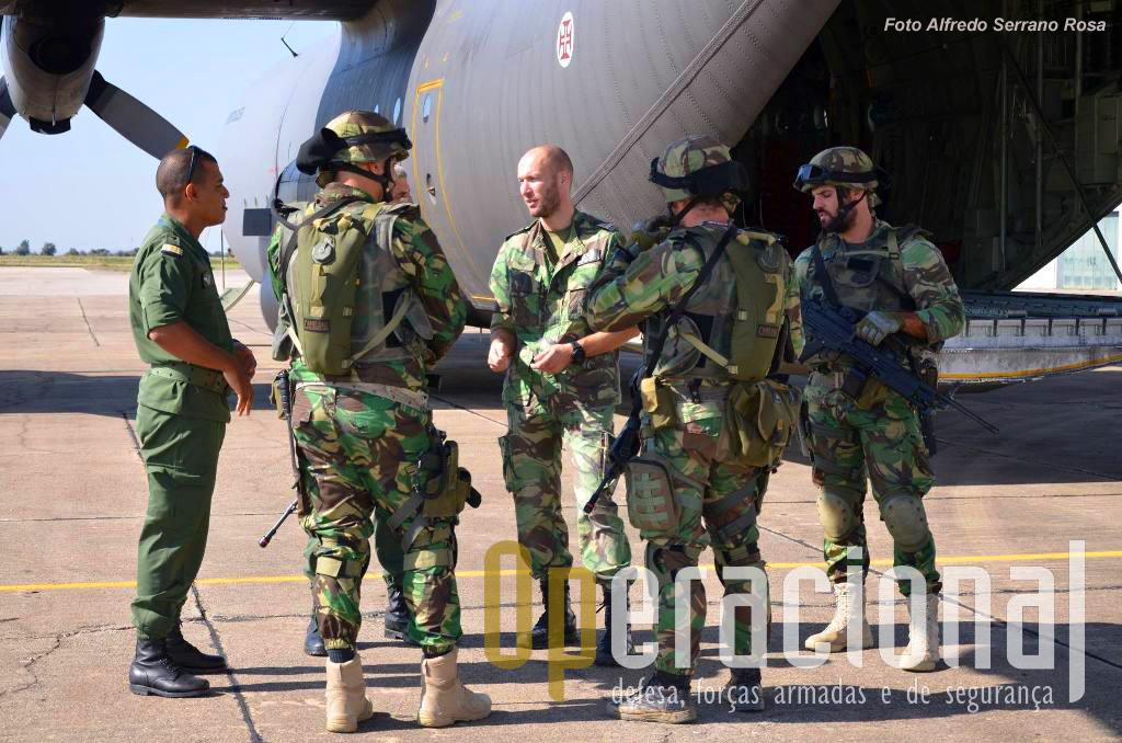 No Aeródromo Militar de Tancos, elementos da UPF trocam impressões com oficiais marroquinos que acompanharam a participação da esquadra 501 no exercício.
