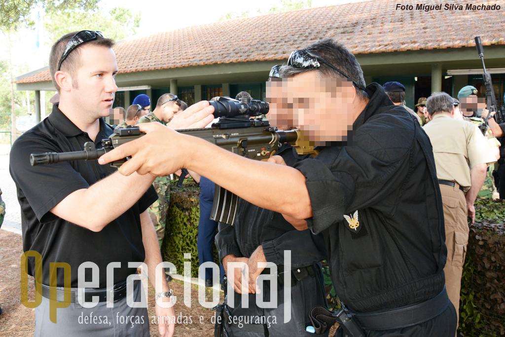 """O """"Grupo de Ações Táticas"""" da Polícia Marítima tem vindo a ser equipado com  algum armamento HK. Na imagem a Hk416 A5 equipada com uma mira Trijicon ACOG."""