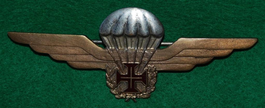Versão metálica do primeiro distintivo de qualificação paraquedista português (Col. do autor)
