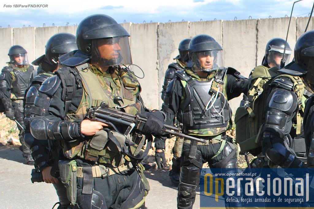 Pára-quedistas portugueses no Kosovo. Nos próximos 6 meses, serão eles, em conjunto com militares húngaros, a responder a qualquer ameaça séria à segurança que se venha a verificar neste território onde a NATO ainda mantém mais de 4.500 militares.