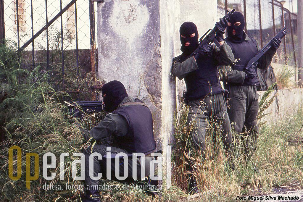 Uma das equipas de intervenção prepara a entrada num edifício. Estão armados de HK MP5 K-A1 9mm, Colt Commando 9mm, shot-gun Scorpio calibre 12.