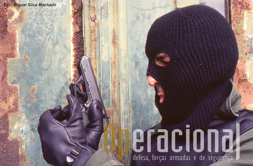 O Pelotão de Operações Especiais da GNR foi objecto da publicação deste artigo em 1994, nas edições francesas e inglesas da prestigiada revista RAIDS e também no n.º 1 da revista espanhola SOLDIERS-RAIDS em Outubro de 1995