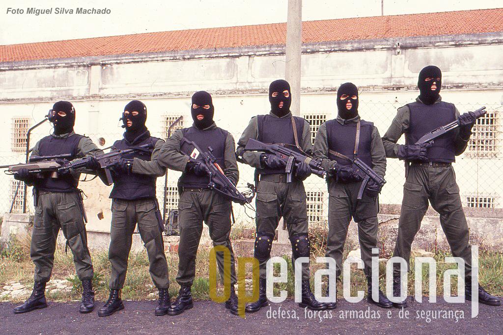 Da esquerda a Mannlicher SSG 69 7,62mm; Colt Commando 9mm; besta;  HK MP 5, 9mm; HK MP 5 K-A1, 9mm; Scorpio, calibre 12.