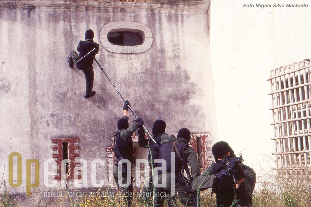 Outra equipa desenvolve o assalto vertical a um edifício com lança.