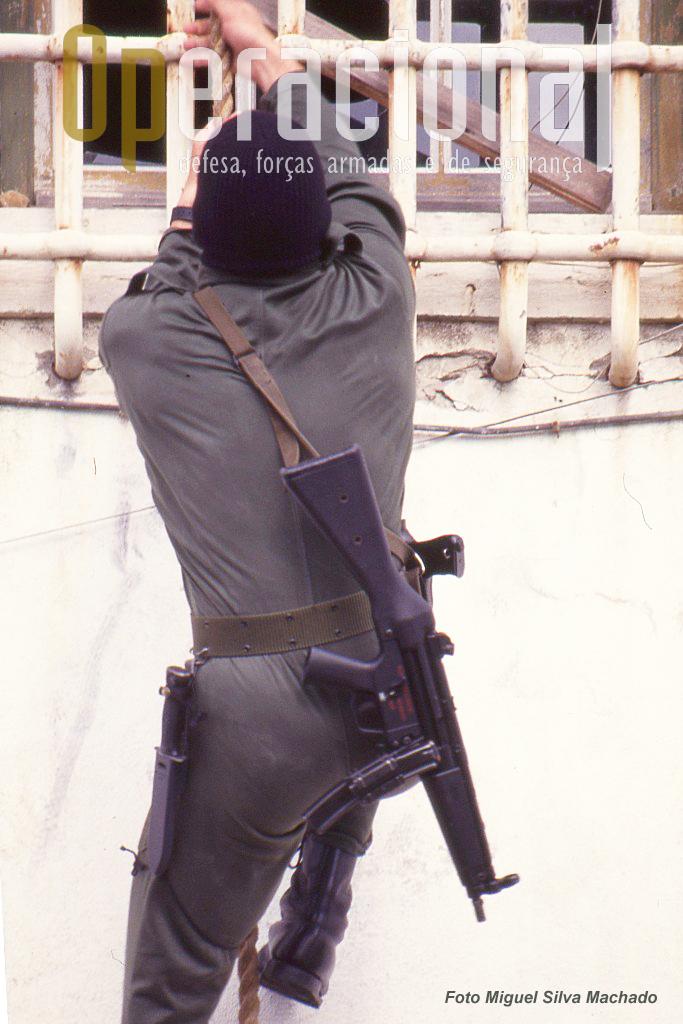 Armamento e equipamento parecem hoje antiquados mas na altura era do mais moderno que havia em Portugal. Esta foi a primeira versão da HK MP 5 a entrar ao serviço no nosso país.