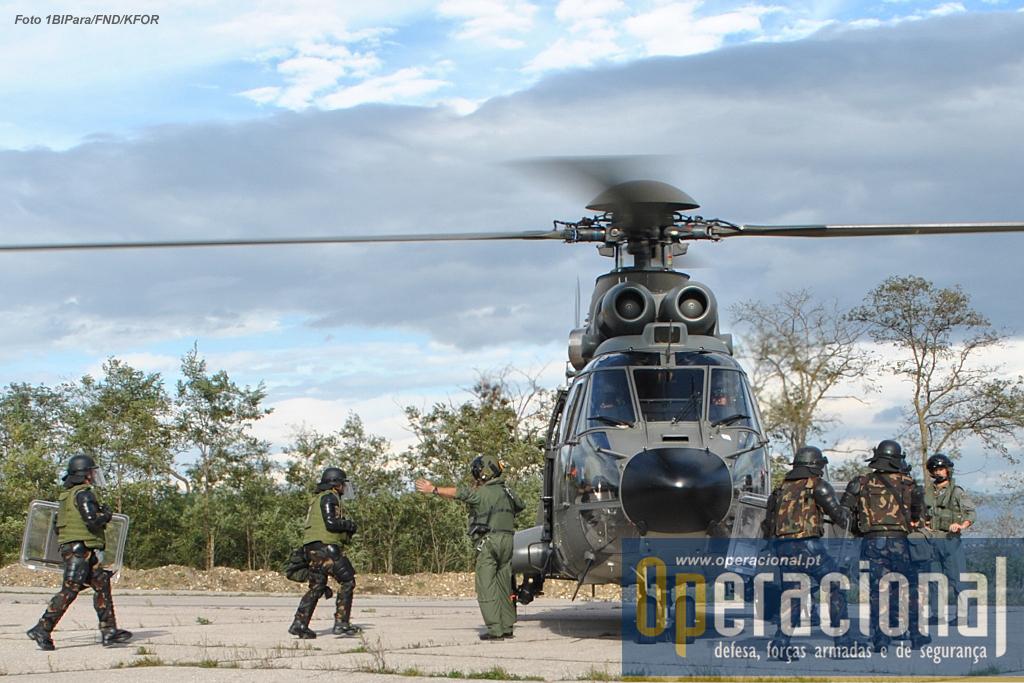 """Militares húngaros da KTM utilizam os """"Aérospatiale AS332M1 Super Puma (TH06)"""" da Força Aérea Suíça."""