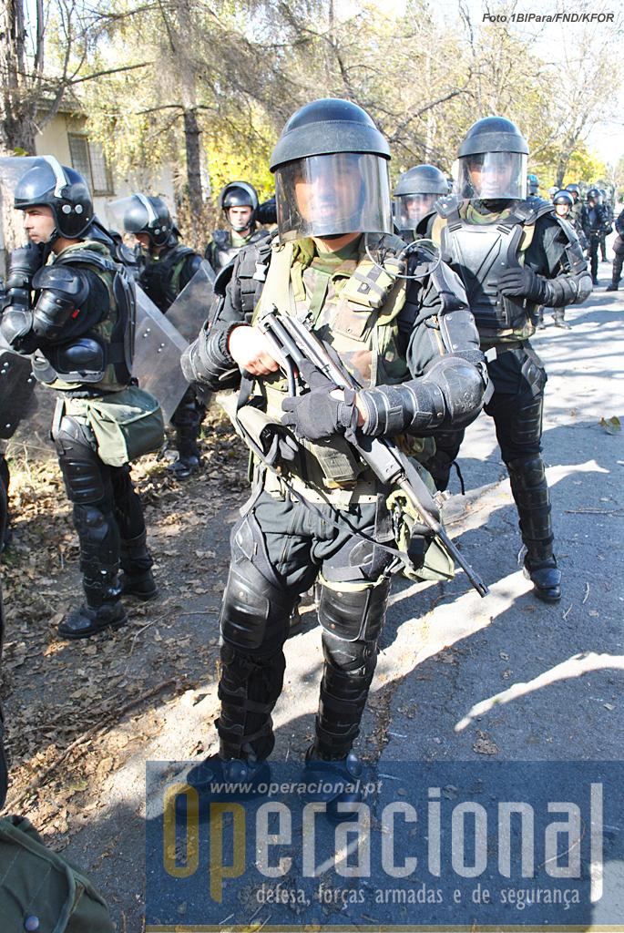 """Os pára-quedistas portugueses usaram pela primeira vez os uniformes ignífugo (pretos), muito úteis nestas actividades onde os """"cocktail molotov"""" têm grande probabilidade de aparecer!"""