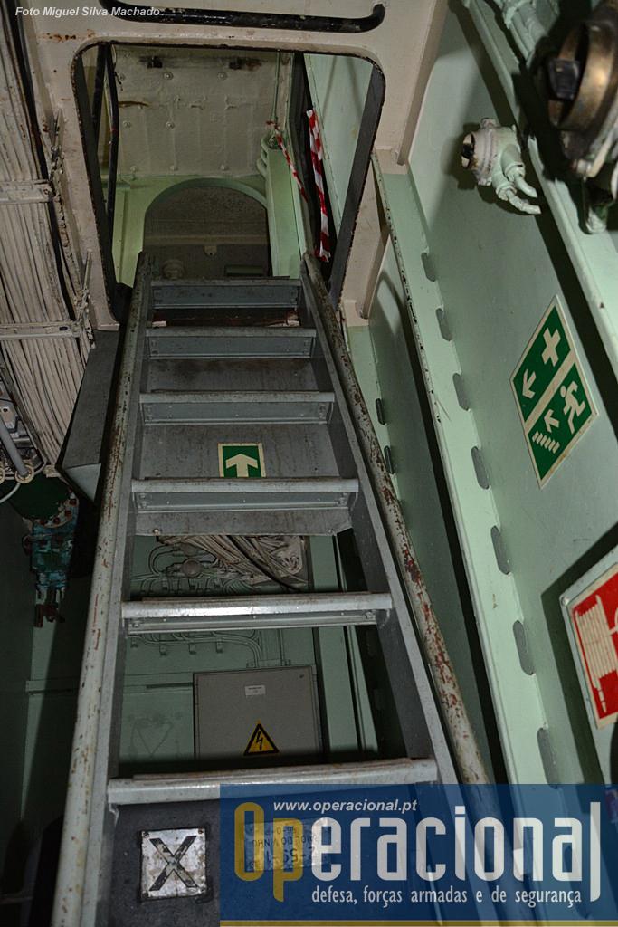 A maioria das escadas serão retiradas, só atrapalham quem mergulha, mas enquanto o navio não for afundado, são imprescindíveis a quem lá trabalha.