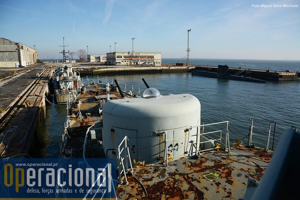 """Mais uns meses de trabalho árduo e a corveta irá ser rebocada até à Madeira, deixando a companhia do """"Delfim"""" da classe """"Albacora"""" e do Patrulha """"Save"""" da classe """"Cacine"""". Ambos aguardam destino outro que não a sucata."""
