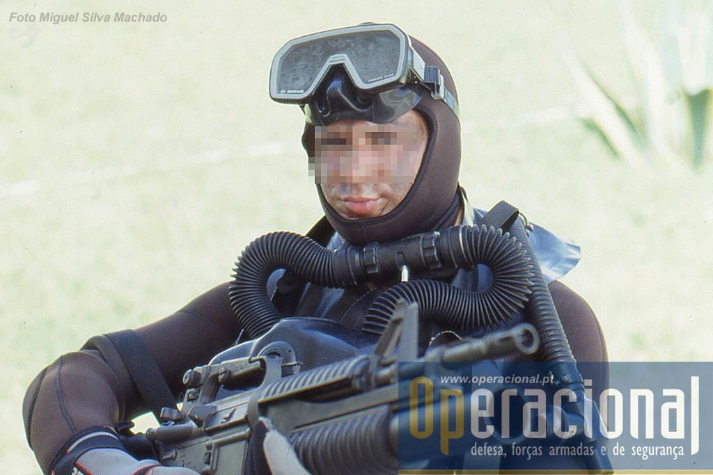 """Elemento do DAE armado com a Colt M-203 e equipado para mergulho em """"circuito fechado"""" LAR-V. A arma tem calibre 5,56 mm e o lança granadas 40mm."""