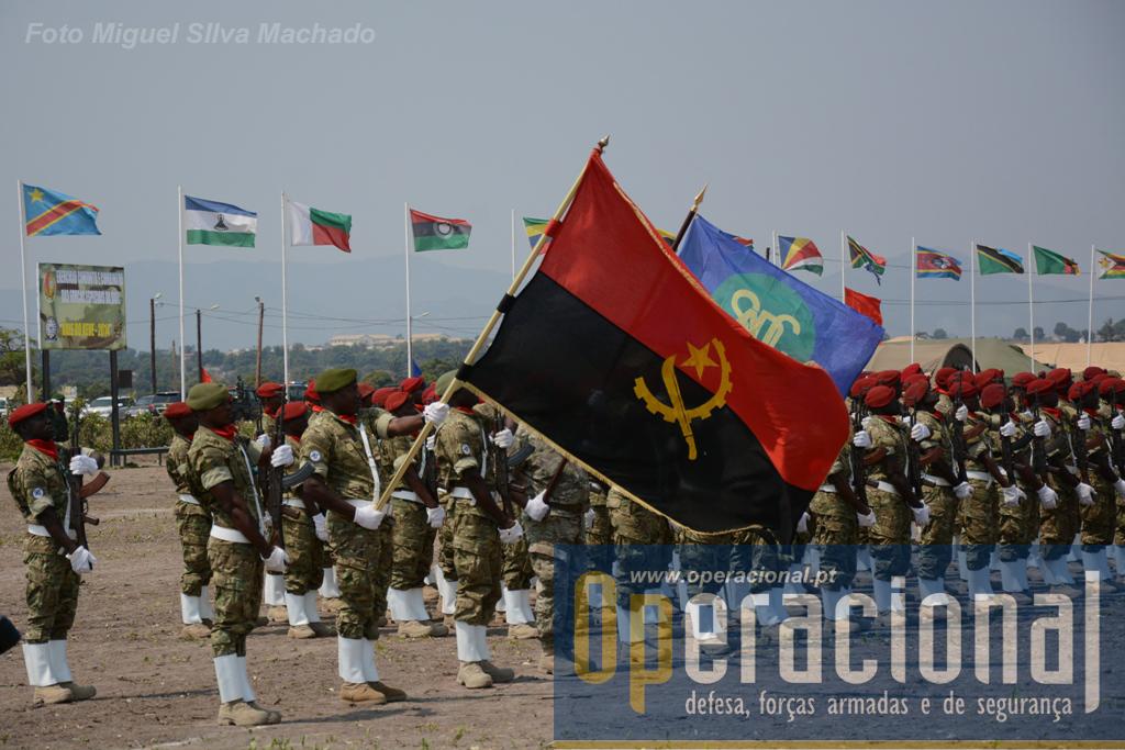 11 de Setembro de 2014. Cerimónia de encerramento no Campo Militar de Kisanga Kungo, junto a Waku-Kungo a 400km de Luanda. A bandeira da SADC, em segundo plano, seria aqui entregue às Forças Especiais do Zimbabwe, que organizarão a edição 2015 deste exercício.