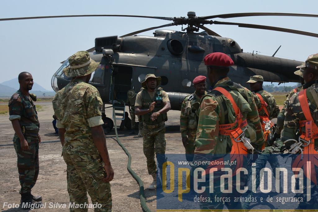 Preparação de uma missão de inserção/extracção de uma destacamento multinacional de operações especiais, sob comando angolano, com apoio de um MI-17 do Regimento Aéreo de Helicópteros da Força Aérea Nacional, cujo piloto está à esquerda na imagem.