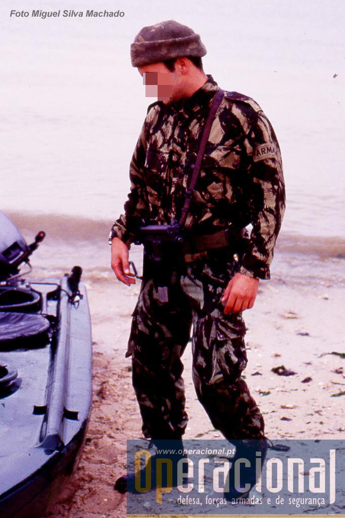 """O """"Skua"""" e um elemento do DAE com o uniforme camuflado tipico dos fuzileiros dessa época (que vinha do tempo da guerra no Ultramar) e a pistola-metralhadora Walther MPK de 9 mm. Esta arma não era propriamente operacional mas bastante útil nestes exercícios para """"poupar"""" as Colt."""
