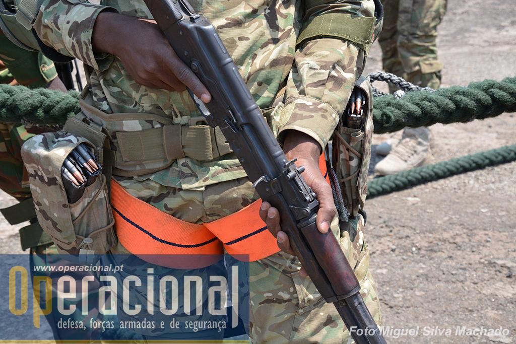Em algumas ocasiões do exercício foram utilizadas munições reais, o que obrigou a coordenação cuidada dessas acções.