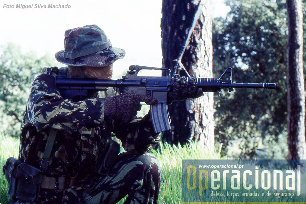 """A arma preferida do DAE por esses tempos, a Colt """"commando"""" mod. 733."""